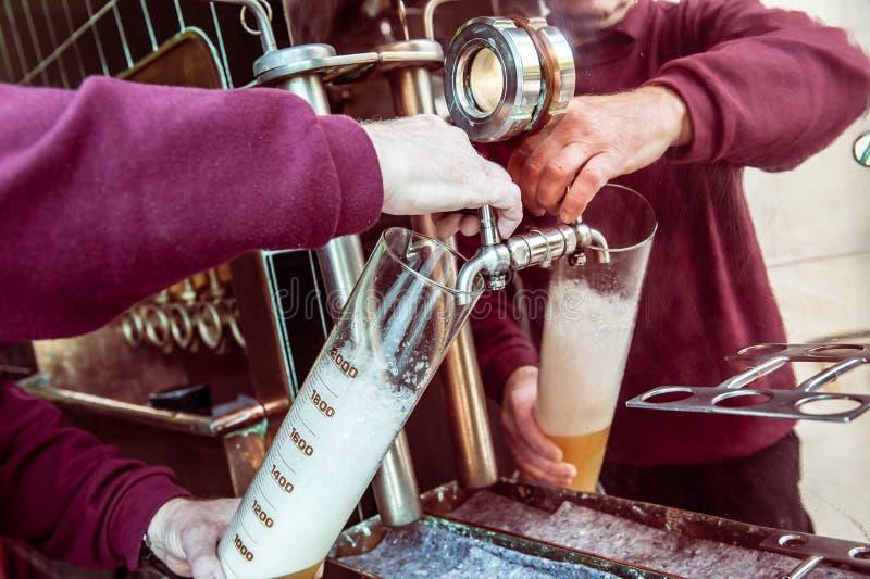 人测试啤酒在啤酒厂 免版税库存照片