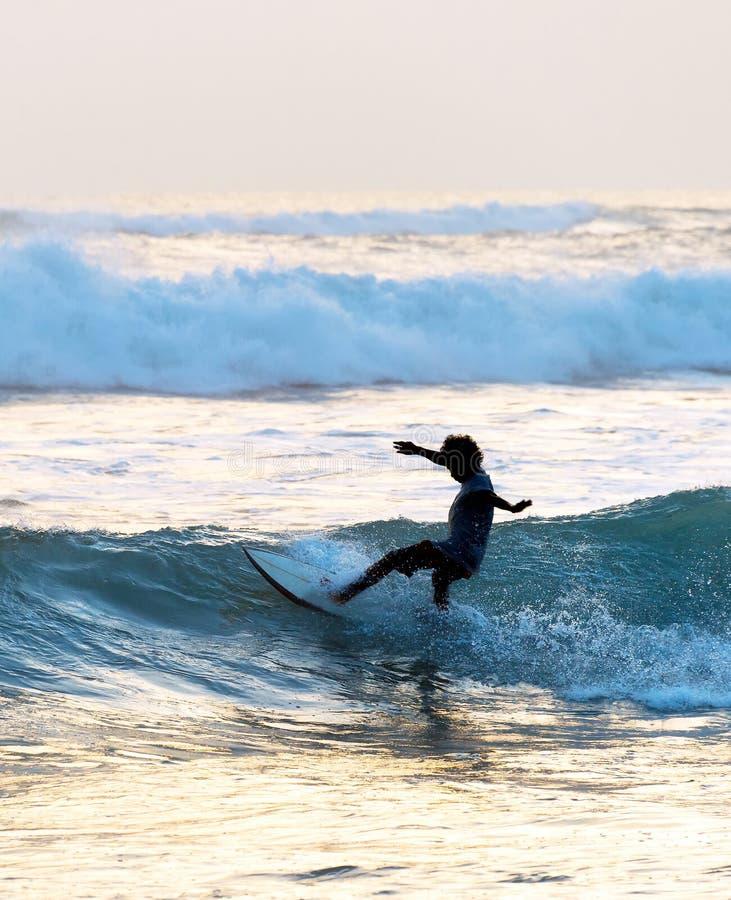人海浪在海洋 免版税库存图片