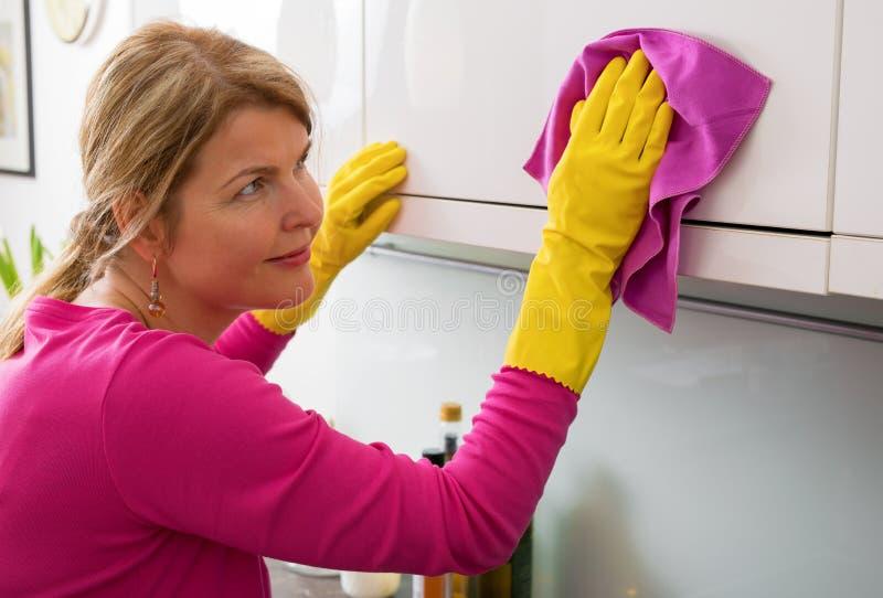 人清洁和打扫灰尘 免版税库存照片
