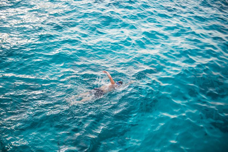 人游泳用清楚的水在Similan海洋nat的海 免版税库存图片