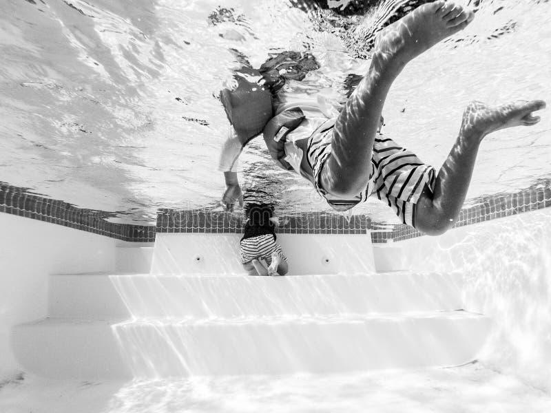 人游泳的黑白照片在水池的 免版税库存图片