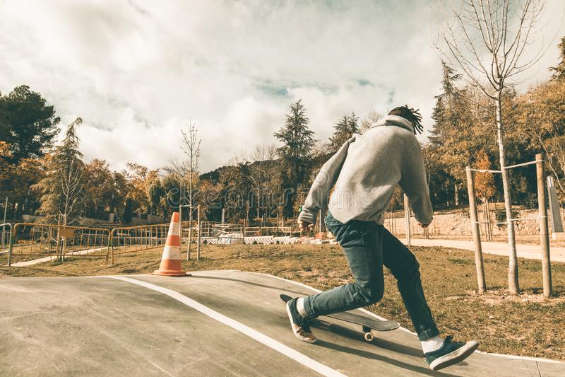 人溜冰板运动在公园 免版税库存照片