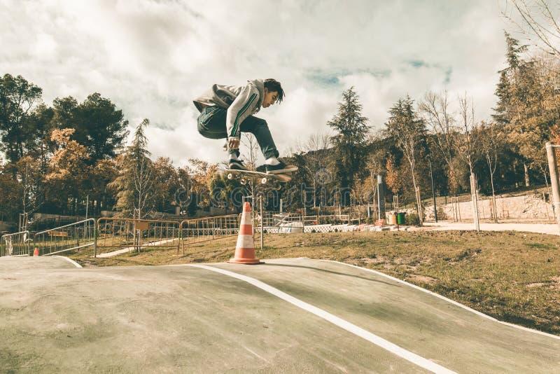 人溜冰板运动在公园 库存照片