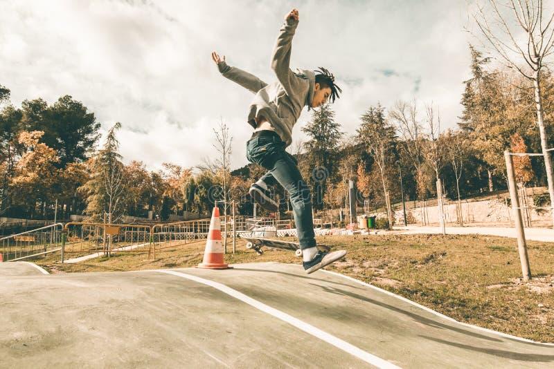 人溜冰板运动在公园 库存图片