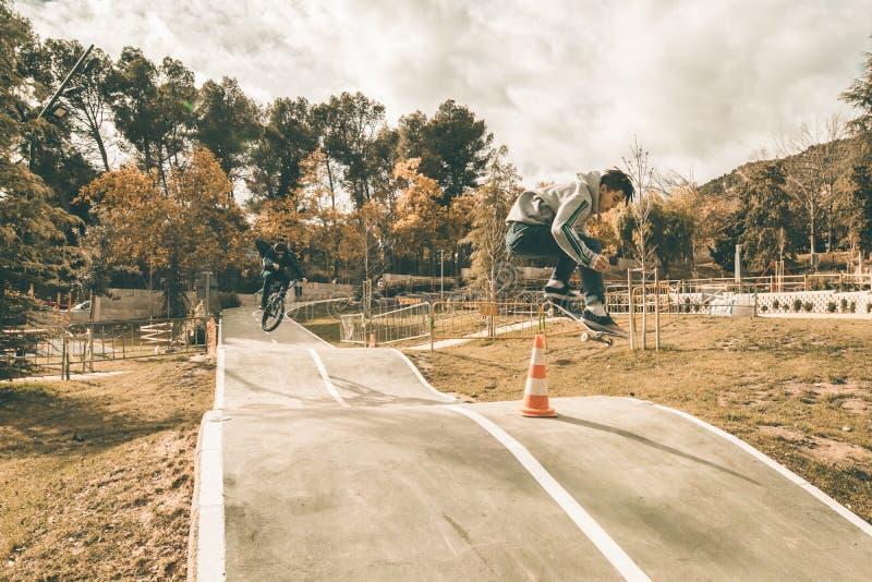 人溜冰板运动在公园 免版税库存图片