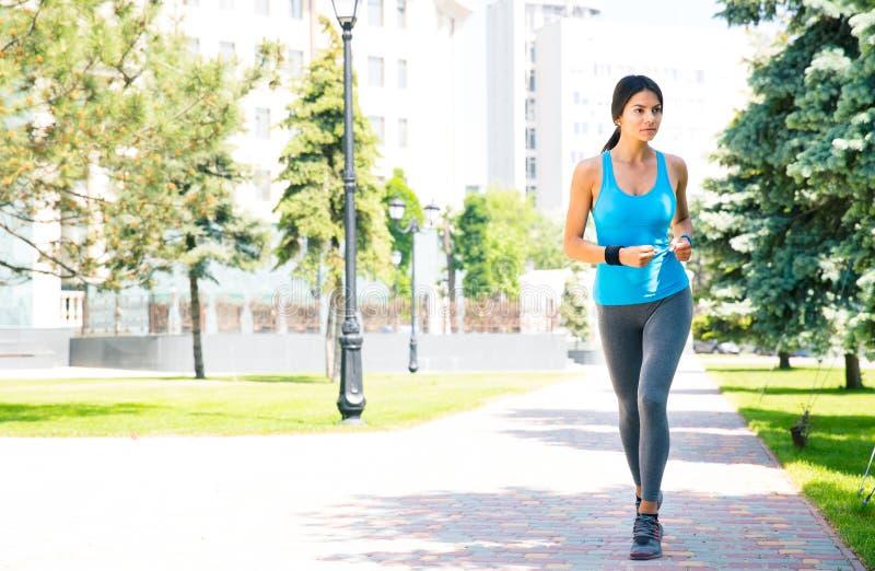 年轻人炫耀跑的妇女户外 免版税库存照片