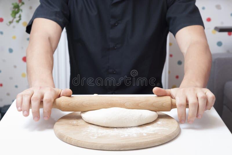人烹调薄饼 免版税库存照片