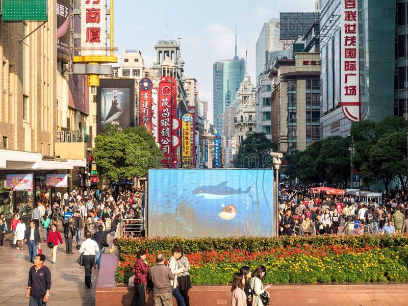 人熙来攘往沿南京路步行街道,上海,中国的 库存照片