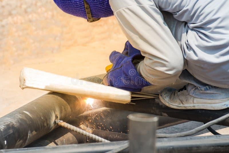 人熟练的运转的工厂焊工,切口,研 免版税库存照片