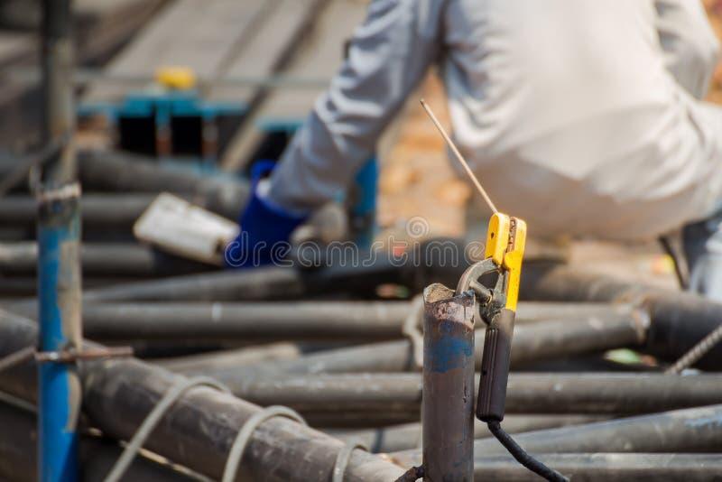 人熟练的运转的工厂焊工,研,钻子 免版税库存图片