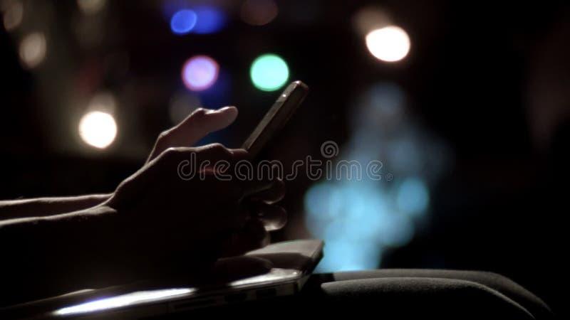 年轻人特写镜头递移动图片电话平底锅的键入的sms 股票视频