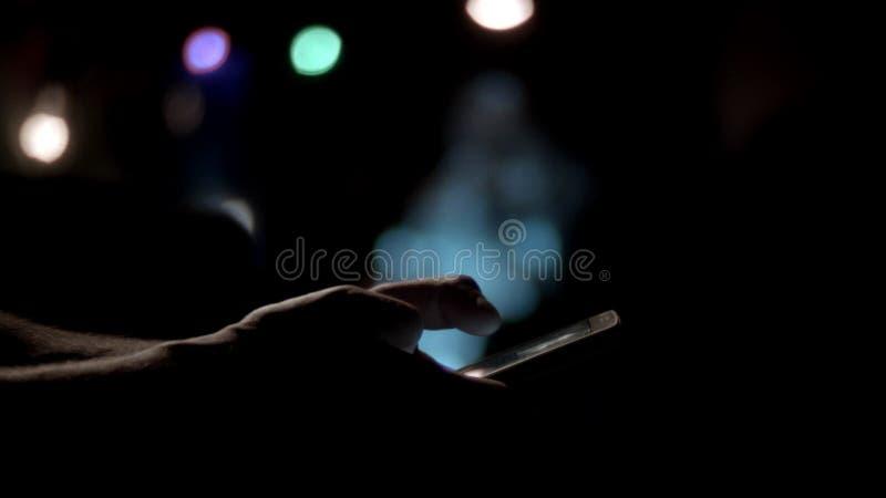 年轻人特写镜头递移动图片电话平底锅的键入的sms 影视素材
