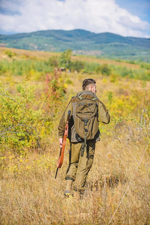 人猎人运载步枪自然背景 经验和实践借成功狩猎 狩猎期 人狩猎 库存图片