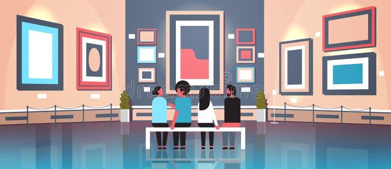 人现代美术美术画廊博物馆内部的游人访客坐看起来当代绘画艺术品的长凳 库存例证