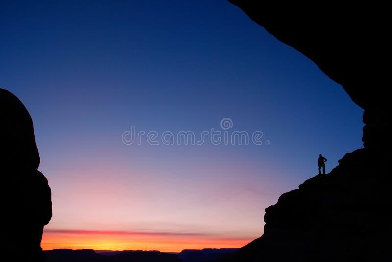 人现出轮廓在北部窗口曲拱在日出,曲拱Natio 免版税库存照片