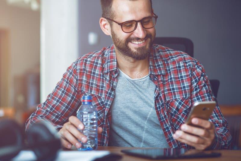 人用智能手机和水 免版税库存图片