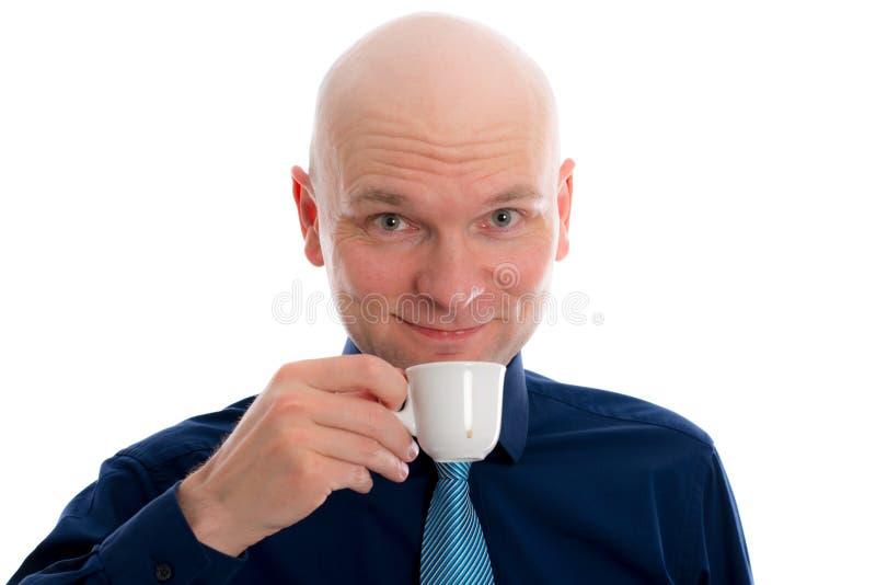 年轻人用秃头饮用的浓咖啡 库存图片