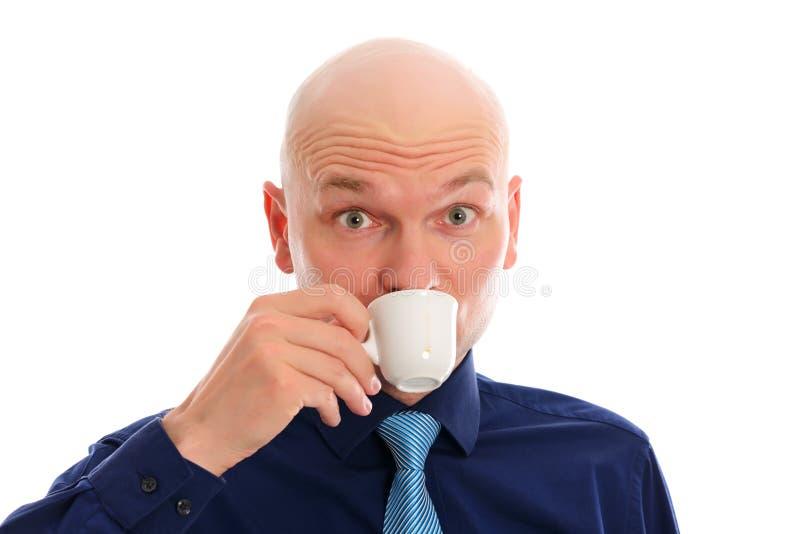 年轻人用秃头饮用的浓咖啡 免版税库存照片
