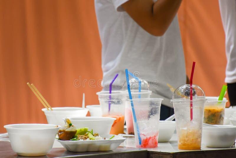 人用途塑料和泡沫容器填装食物并且喝它` s原因垃圾 库存照片