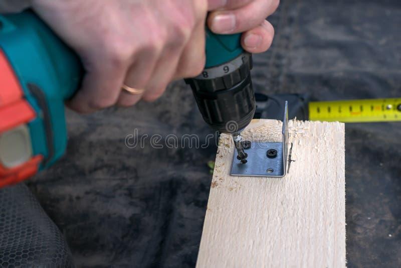 人由工具的钻子设计 木板,木材 库存图片