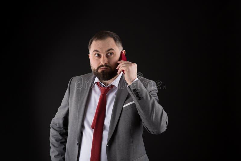 人电话朋友站立黑背景 ( 人正装电话某人 ( ?? 免版税库存图片