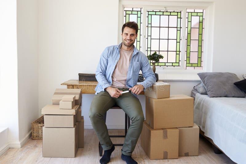人画象卧室连续事务的从家 免版税库存图片