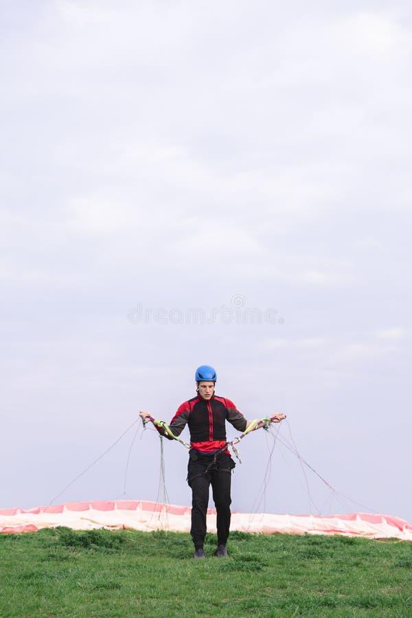人登陆了并且离开从他的身体的降伞 免版税库存图片