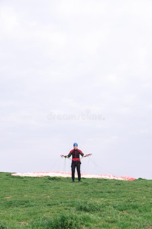 人登陆了并且离开从他的身体的降伞 图库摄影