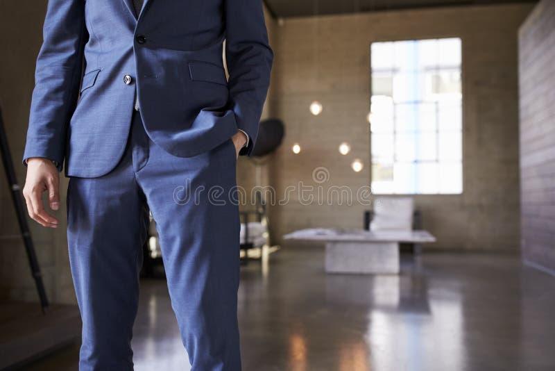 人的中间部分蓝色衣服身分的,在口袋的手 库存照片
