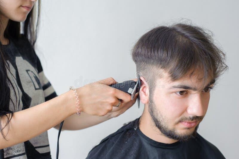 人的发型和haircutting在理发店或发廊 免版税图库摄影