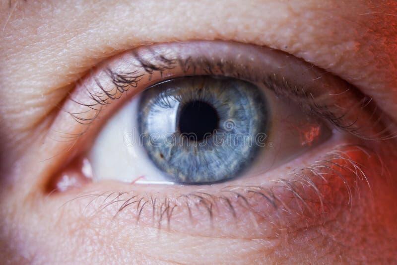 人的哀伤的蓝眼睛,特写镜头细节的宏观图象 库存照片