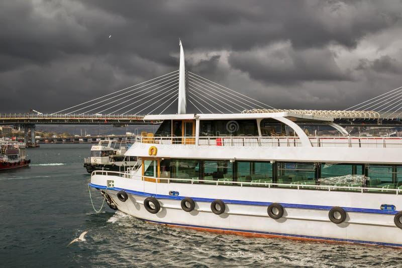 人的地方运输船在伊斯坦布尔 图库摄影