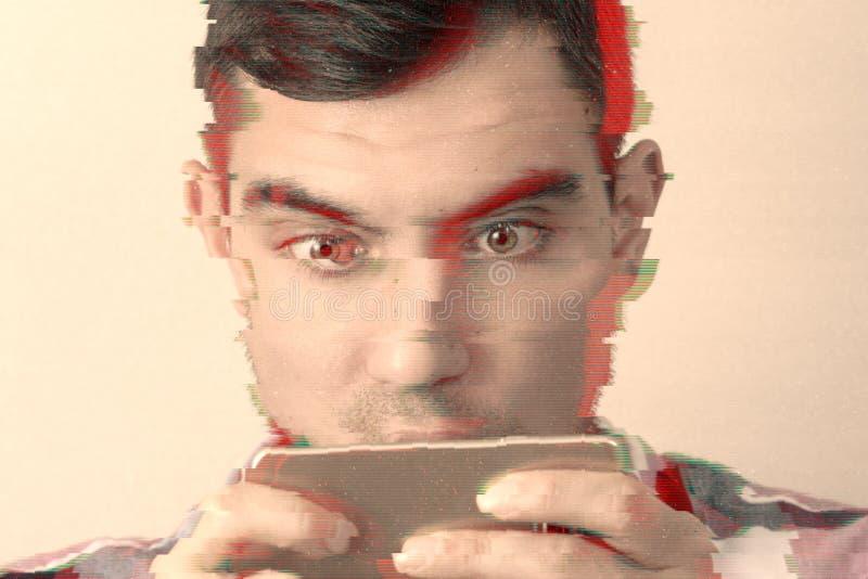 人的头特写镜头有电话的在他的有小故障作用的手上 库存照片