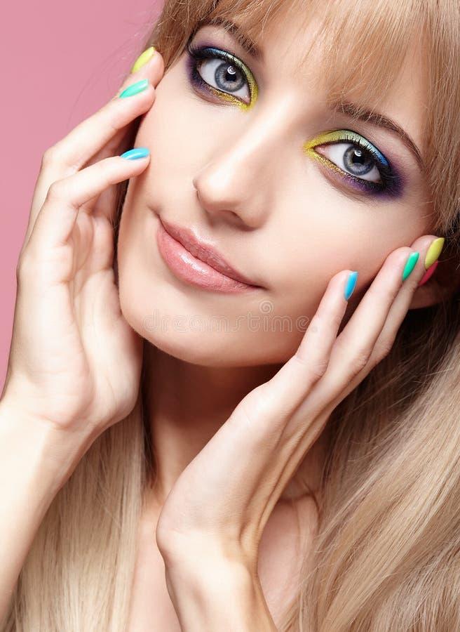 人的女性眼睛,蓝色的特写镜头图象与紫罗兰色阴影的和