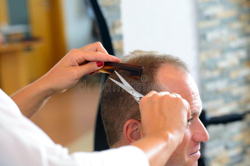 人的女性美发师切口头发 图库摄影