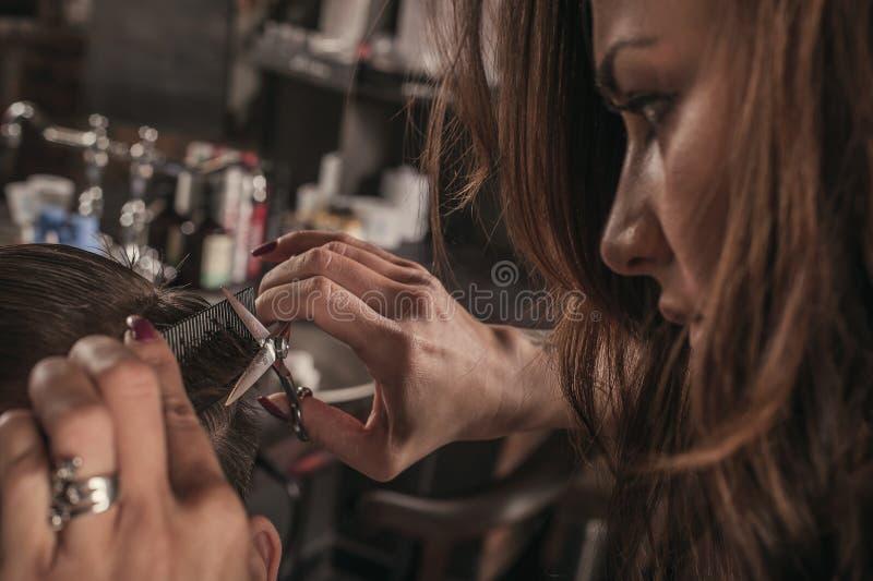 人的女性美发师发型头发 库存照片