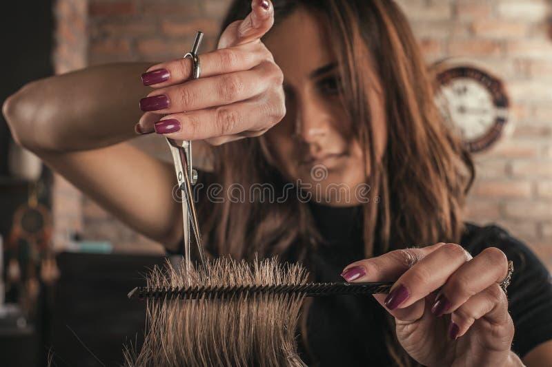 人的女性美发师发型头发 免版税库存照片