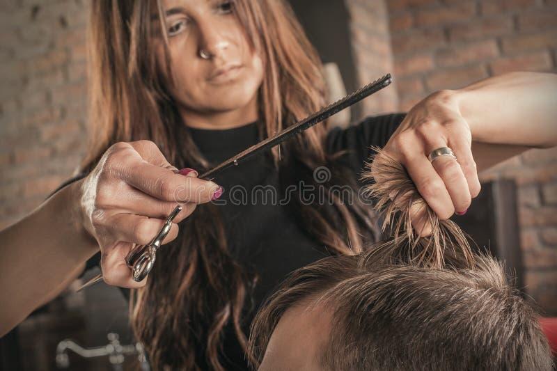 人的女性美发师发型头发 图库摄影