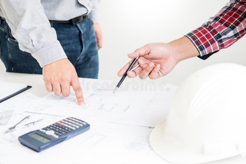 人的工程师手在方案的图画计划特写镜头用建筑师设备,建筑师谈论在桌上,队 免版税库存照片