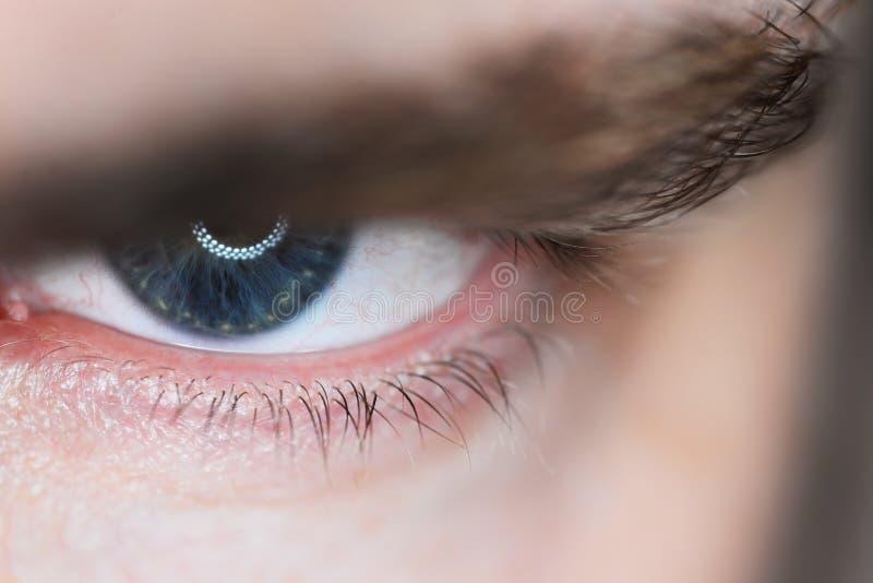 人的恼怒的眼睛特写镜头细节 宏观照片 库存照片