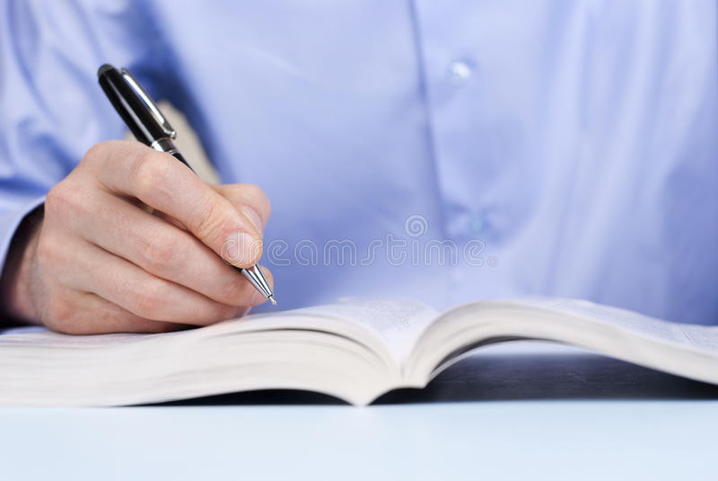 一个人和圆珠笔的手 库存照片