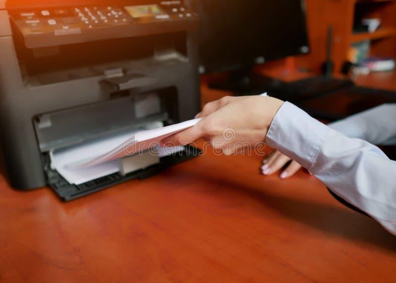 人的手再装本文到打印机盘子 库存图片