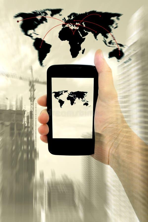 人的手双重曝光有数字式电话和城市的 免版税库存图片