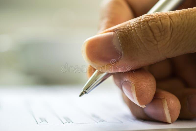 人的手填装的申请表 免版税库存图片