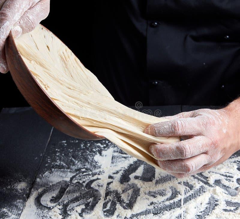 人的手揉白色小麦面粉面团 库存图片