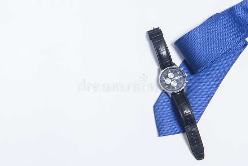 人的手表和领带在白色背景 在白色背景的人的辅助部件 免版税图库摄影