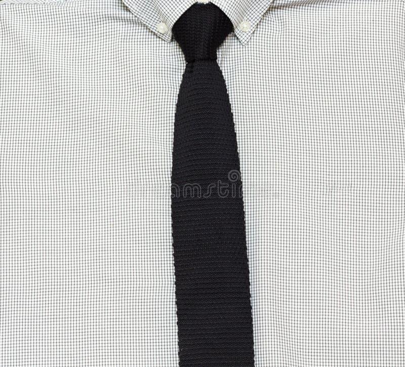 人的时髦的黑方格的衬衣和编织领带 库存照片