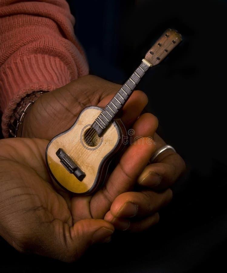 有吉他的人在手 库存照片