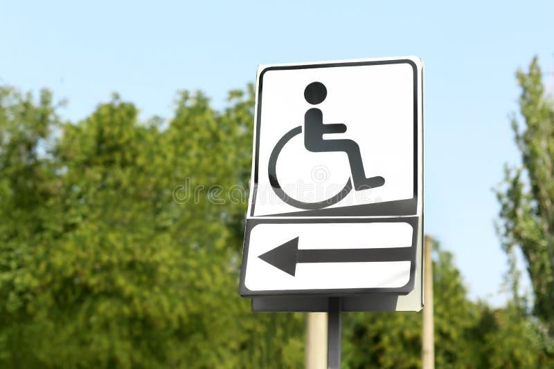 人的标志以在停车场的流动性损伤 免版税库存图片