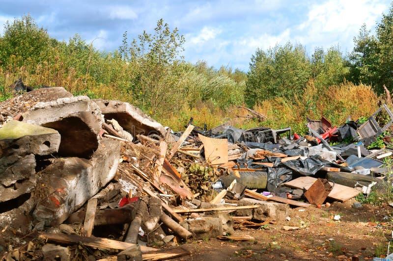 人的污染,垃圾堆在森林里 库存照片